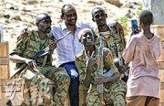蘇丹原軍事過渡委員會主席伊本奧夫亦被迫下台後,在國防部附近有示威者跟軍人合照。(路透社)