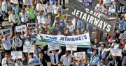 捷特航空僱員上周六在英迪拉·甘地國際機場參與集會呼籲政府拯救航空公司。(路透社)