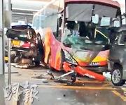 中港跨境巴士在深圳皇崗口岸連撞兩輛排隊等過關的七人車,當中一輛被夾在巴士車身與石柱之間。(網上影片截圖)