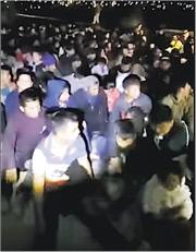 「憲政愛國者聯盟」上載的影片可見,大批民眾坐在塵土前,被民兵包圍,估計被扣留者約有300人。(影片截圖)