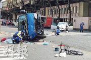 東京池袋昨日發生致命車禍,有調查人員到被撞後翻側的藍色垃圾車旁搜證。(路透社)