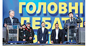 烏克蘭總統候選人澤連斯基(右)前日與爭取連任的波羅申科(左),在基輔出席辯論活動時針鋒相對。(新華社)
