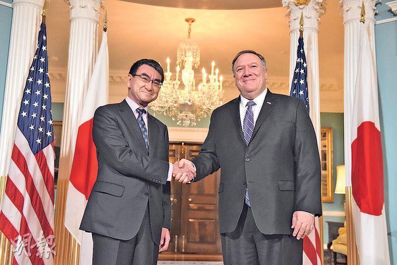 日本外相河野太郎(左)和美國國務卿蓬佩奧(右)前日在美國華盛頓參與美日安全保障磋商委員會會議,兩人在會前握手。(中新社)