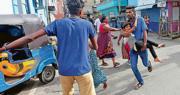 斯里蘭卡軍人昨在受襲教堂附近拆彈,教堂附近的居民要暫時疏散。(路透社)