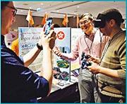 5名香港教師月初遠赴法國「全球教育交流會」,交流電子教學心得,其中基督教宣道會宣基小學體育科教師何亦橋(右二),在大會的「學習市集」展示用大數據分析學生體適能表現。現場教師們亦探討不同科技教具,如VR虛擬實境眼鏡的教學應用。(大會提供)