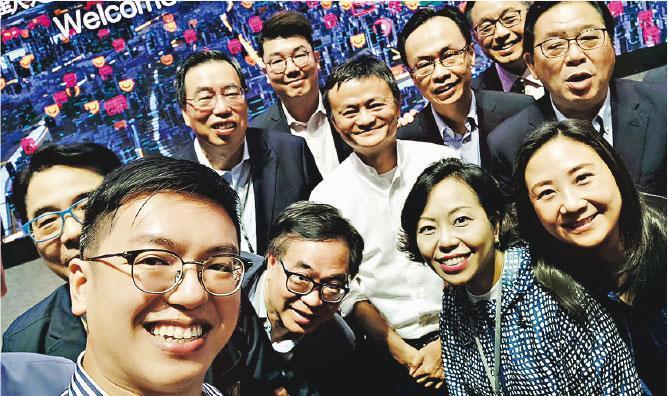 立法會考察團昨到訪杭州阿里巴巴總部,與創辦人馬雲(白衫)見面交流,議員引述馬雲稱香港應繼續作為國際城市與國際聯繫為定位,與國內一般城市有分別。圖為各人自拍合照。(何啟明facebook圖片)