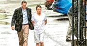 美國通用電氣公司(GE)的美籍華裔工程師鄭小清(右)被控竊取GE商業機密,4月18日被正式起訴。圖為鄭小清去年8月被FBI特工押進法院。(資料圖片)