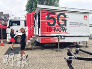 英國首相文翠珊據報決定容許華為有限度參與建設英國5G網絡。圖為去年華為在倫敦展出5G技術廣告。(網上圖片)