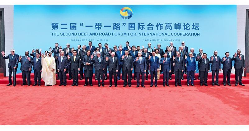 一帶一路高峰論壇昨舉行圓桌峰會,38個國家的領導人和聯合國、國際貨幣基金組織負責人出席會議,並一起合照。峰會通過了聯合公報,提出實現世界經濟強勁、可持續、平衡和包容增長,提高人民生活質量的共同目標。(新華社)