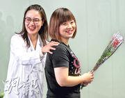 患產後抑鬱症的新手媽媽Annie(右),面見臨牀心理學家黃惠妍(左)加上藥物治療後,病情已大大改善,黃表示未來可結束這個案。(李紹昌攝)