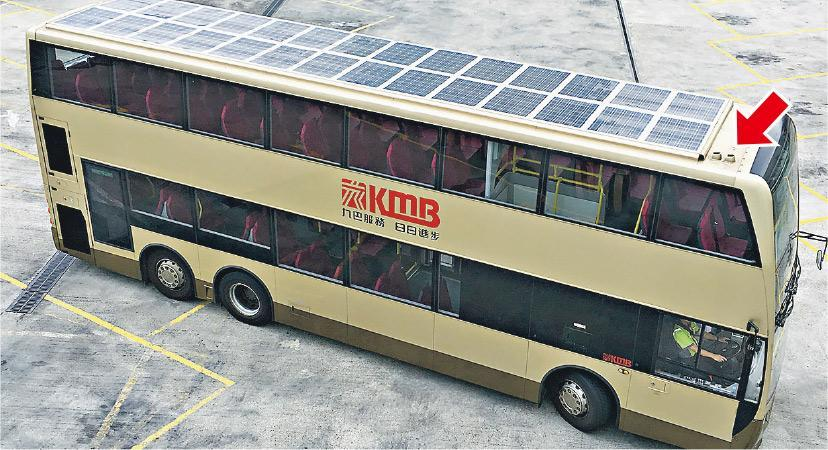 為放置更多太陽能板,工程人員要把巴士頂部的天線位(巴士頂的兩個孔,箭嘴示)搬前,太陽能板亦要有輕微弧度,避免積水,加裝太陽能板的巴士更要通過傾斜測試才可使用,並非直接把太陽能板置於頂部般簡單。(鍾妍攝)