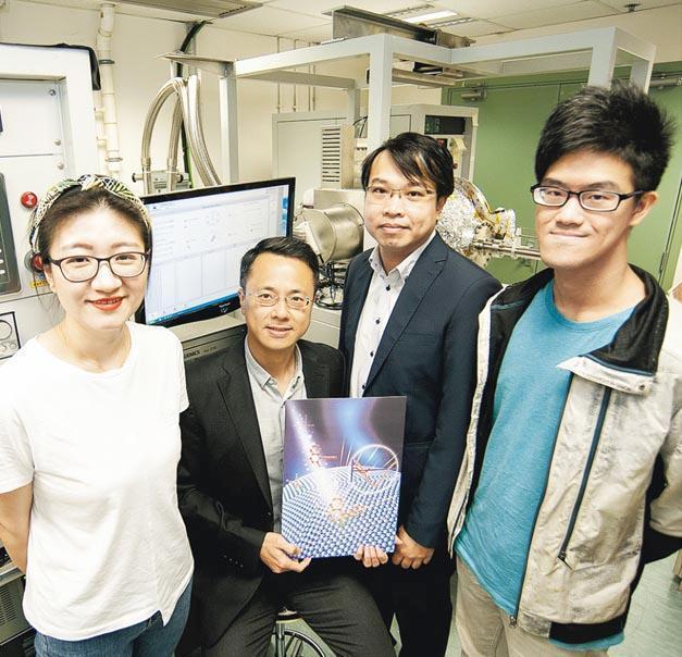 浸大物理系副教授黃陟峰(左二)和化學系副教授梁湛輝(右二)的研究團隊共同研發出世界首創的功能納米材料塗層。(浸大提供)