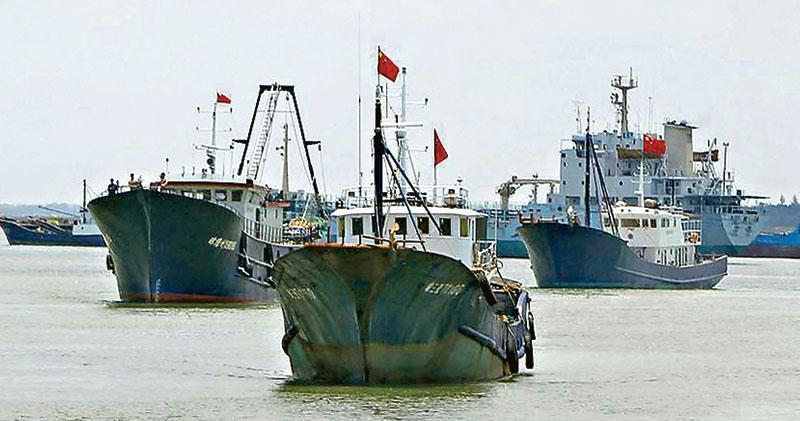 美國海軍戰爭學院指,中國在南海的海上民兵,包括300多艘漁船及4000多名人員,但實際數字可能遠大於此。圖為中國漁船啟程前往南沙群島。(法新社)