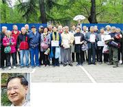 一批清華校友不滿王國維紀念碑被圍封,在前日校慶日拿着「賀聯」站在鐵皮前抗議,先前因批評國家主席習近平而被撤職的清華法學院教授許章潤(小圖)也現身其中。