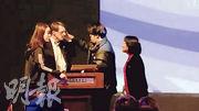 「2019上海·戲劇高峰論壇」27日在上海戲劇學院新實驗空間舉行。上戲表示,引熱議的片段是其外籍教授史考特為配合其演講而設計的一個即興表演。(網上圖片)