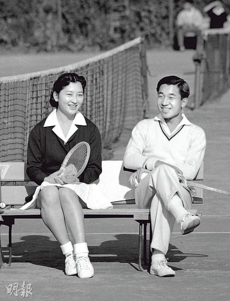 美智子和明仁在網球場上邂逅,之後經常打網球拍拖。圖為他們1958年訂婚後合照。(路透社)