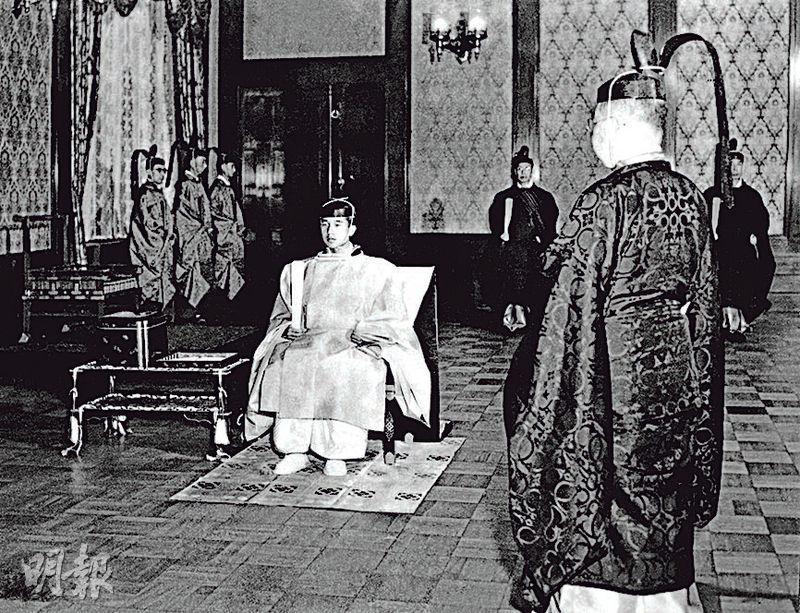 1952年11月10日,18歲的明仁(中)正式立為皇太子。(路透社)