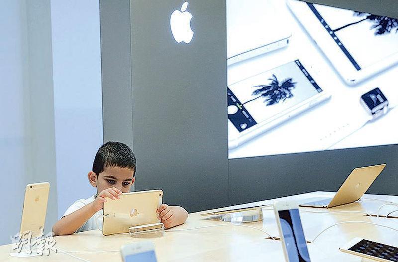 圖為俄國莫斯科一間蘋果店內,一名男童在使用一部iPad。(路透社)