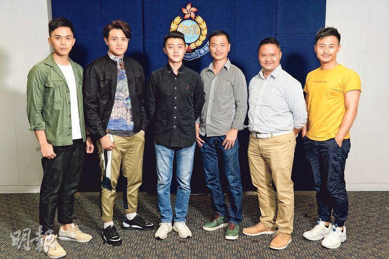 伍富橋(左一)、安俊豪(左二)及楊潮凱(右一)跟真阿sir陳汶皓(左三起)、馬耀光、李樂仁合作拍《機動部隊2019》,大家成為伙記似的。(攝影:黃梓烜)