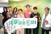 陳柏宇(右)聯同其他歌手及電台主持,出席新城節目宣傳。(攝影/記者:鍾一虹)