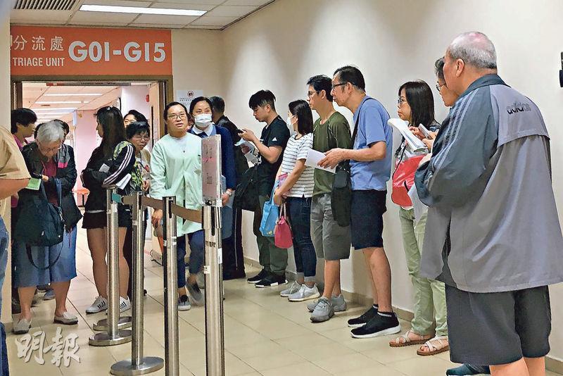 九龍中聯網的眼科穩定新症最長要輪候116周,昨領着轉介信到該聯網的香港眼科醫院登記的病人亦大排長龍。(明報記者攝)