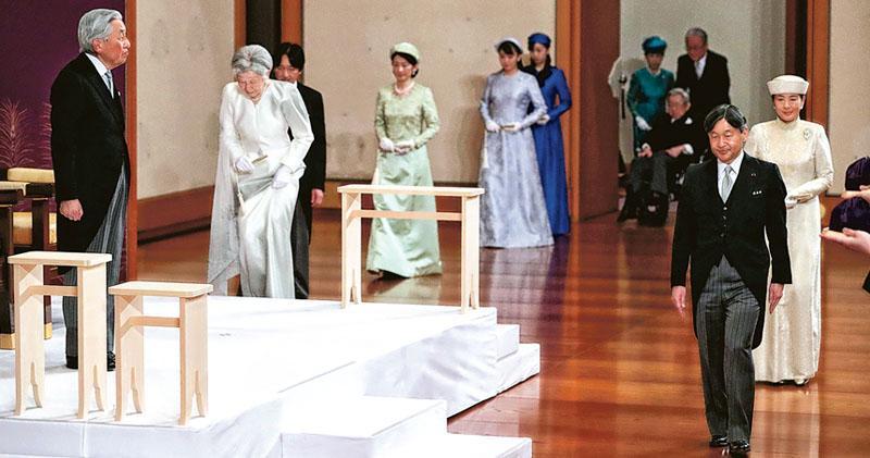 日本皇室成年的成員昨天出席明仁的退位典禮,其間明仁(左一)站在台上看着德仁(右二)走進場。(法新社)