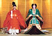 德仁與雅子1993年6月結婚,皇室發放兩人穿著傳統禮服合照。(法新社)
