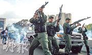疑似支持「臨時總統」瓜伊多的軍人昨日在加拉加斯向天開槍。(法新社)