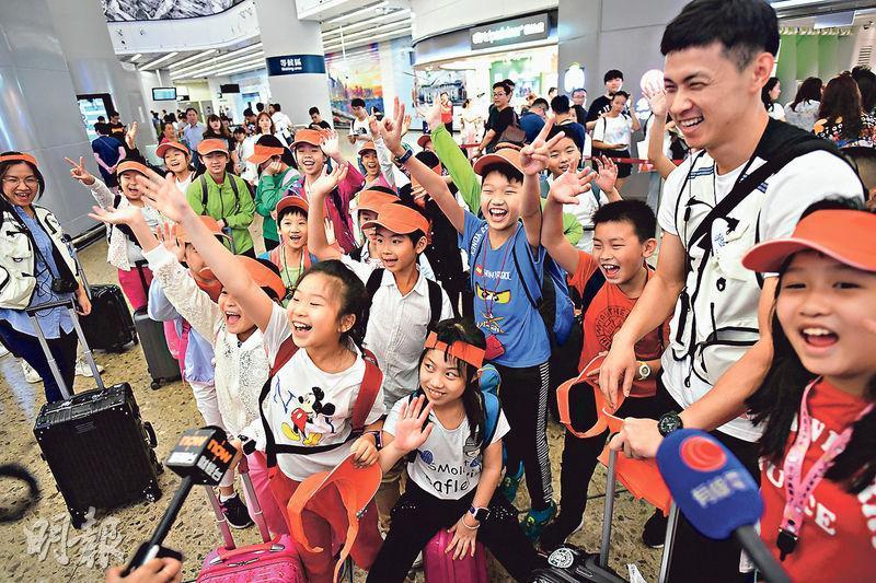 五一黃金周大量內地旅客湧港,西九高鐵站抵港大堂昨日擠滿旅客,其中廣州一所小學舉辦遊學團到港,一行24人會留港3天,領隊陳先生說,學校經常辦遊學團到香港,遊學團屬自由報名,每次都反應踴躍。(賴俊傑攝)