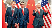 中美新一輪經貿談判昨午在北京釣魚台國賓館結束,美方表示談判富有成果。圖為會談前,中方代表劉鶴(右)與美國財長梅努欽(中)、貿易代表萊特希澤(左)合影。(法新社)