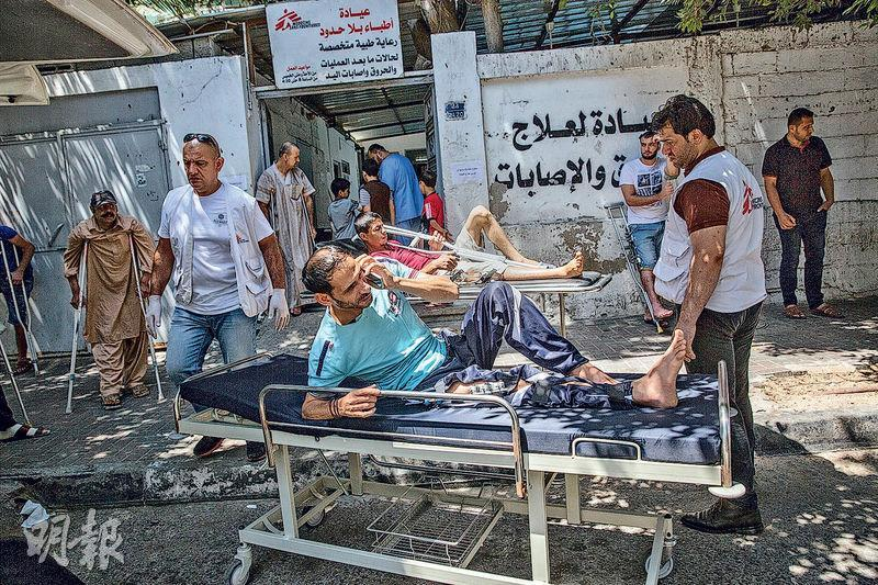 MSF teams work with other health providers in Gaza to treat people shot by the Israeli army.(Photo: Heidi Levine/Sipa Press)