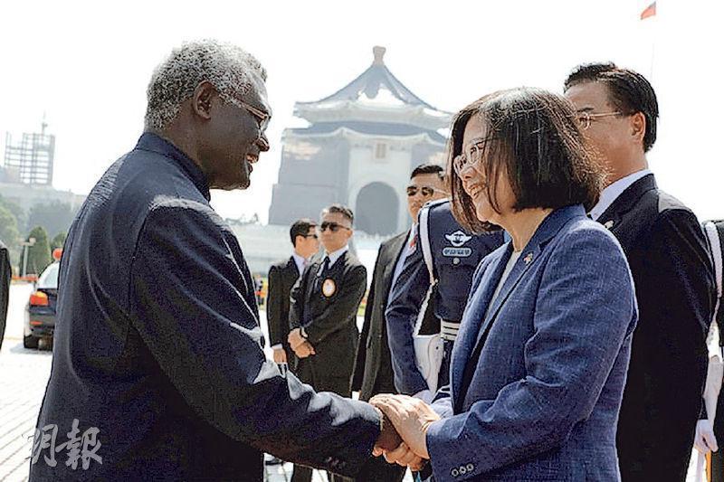 所羅門群島總理蘇嘉瓦瑞表示,正考慮與台斷交,並計劃與中國大陸建交。圖為2017年9月,蔡英文(右)歡迎訪台的蘇嘉瓦瑞(左)。(網上圖片)