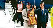 鴻海董事長郭台銘(前排左)本月2日從美國華盛頓搭私人專機前往威斯康辛州,與鴻海旗下「工業富聯」副董事長李傑(二排戴帽)分別抱着媽祖與關公神像下機。(網上圖片)