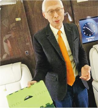 郭台銘特別助理胡國輝向媒體展示其私人專機的「秘密物件」:折疊式矮凳。(中央社)