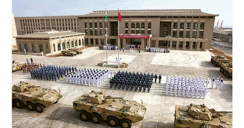 圖為中國目前唯一對外公開的海外軍事基地,位於東非的吉布提,解放軍於2016年8月進行揭幕啟用巡遊。(法新社)