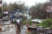 印度城市布里被風暴吹襲後滿目瘡痍,民眾要繞道而行。(路透社)