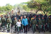 委內瑞拉總統馬杜羅上周六(前排中)跟防長帕德里諾等人視察軍事演習的情况。(法新社)