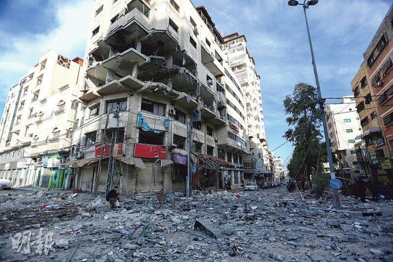 在以色列空襲過後,加沙一幢建築物昨日受損嚴重。(新華社)