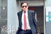 86歲被告醫生李宏邦昨在九龍城裁判法院出庭應訊時,裁判官問他是否要坐下或使用助聽器,他均拒絕,站着聽畢21項控罪詳情,雙手不時握着法庭欄杆攙扶身體。(楊柏賢攝)