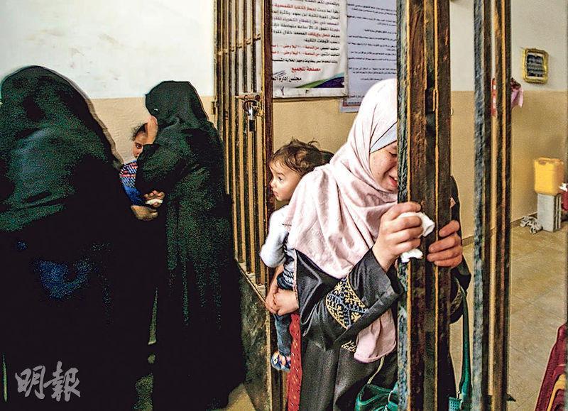衝突造成4名以色列平民及19名巴勒斯坦人死亡。一個巴勒斯坦女嬰在戰火中喪生,圖為其親友出席喪禮。(法新社)