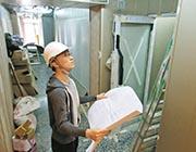 施工期間建築物內常見雜物堆疊,Kenny指驗樓過程需打醒十二分精神。(受訪者提供)