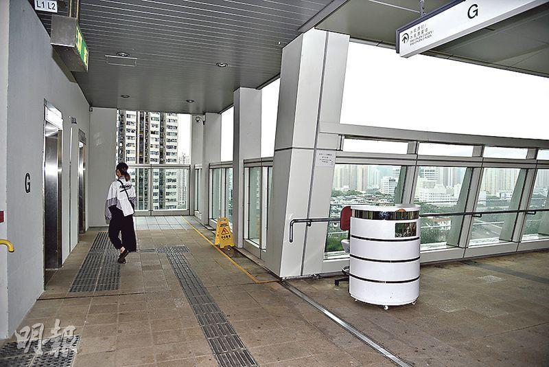 男童疑跨過水泉澳邨天橋的兩米高圍欄,並沿圍欄邊緣走到保安更亭後的「盲眼位」一躍而下。(林智傑攝)