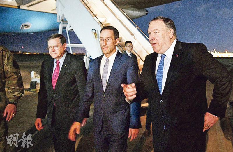 美國國務卿蓬佩奧(右)周二突然取消德國之行,轉訪伊拉克首都巴格達與該國政府領導層會面,負責近東事務的代理助理國務卿薩特菲爾德(左)及美國駐巴格達大使館代辦胡德(中)亦有同行。(法新社)
