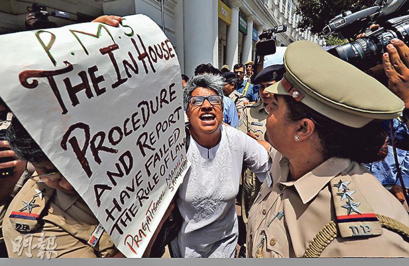 新德里昨有示威者聚集,抗議最高法院內部聆訊裁定大法官戈戈伊性騷擾女下屬的指控不成立。(路透社)