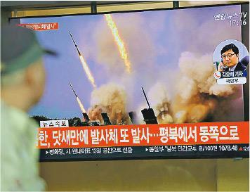 朝鮮周四試射短程導彈,韓國首爾昨有民眾在火車站觀看相關報道,電視畫面為朝鮮過往發射導彈情况。(網上圖片)