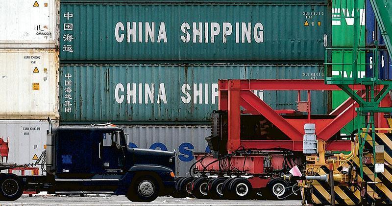 中美上周五結束為期兩天的第11輪貿易談判,未能達成協議或阻止美國實施新的懲罰性關稅措施。圖為一批中國商品上周五抵達美國加州一個主要港口。(網上圖片)