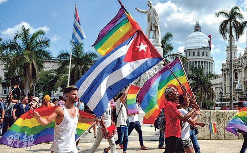 古巴首都哈瓦那上周六有性小眾人士手持彩虹旗和國旗在街頭遊行。(法新社)