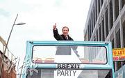 脫歐黨黨魁法拉奇上周六在新特蘭拉票,向支持者豎起拇指。(路透社)