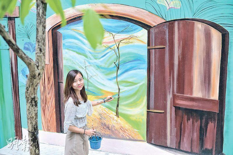 王麗童在教大校內創作3D立體畫,畫上的銀杏葉代表她對藝術創作的態度,以耐性及時間令她更上一層樓。(資料圖片)