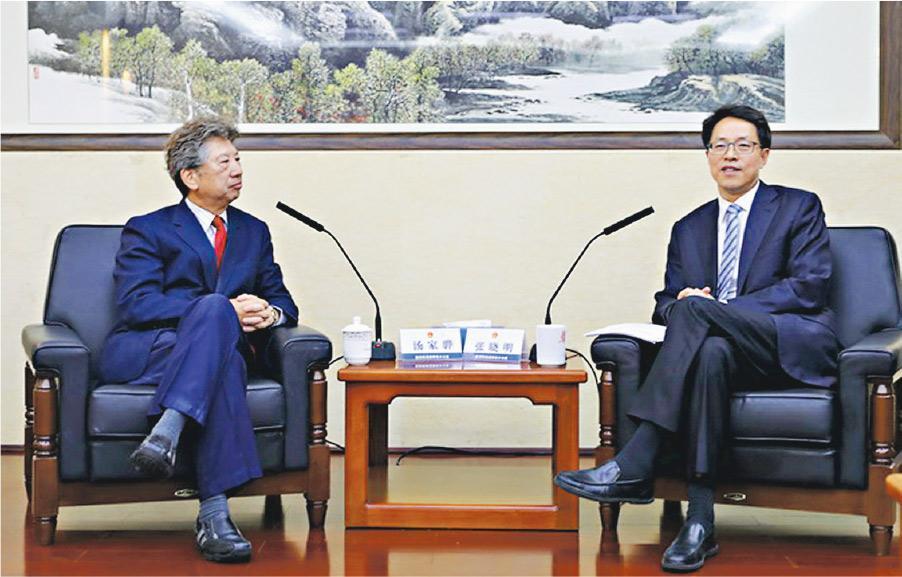 民主思路召集人湯家驊(左)昨日在北京與港澳辦主任張曉明(右)會面,他會後引述張曉明稱,修訂《逃犯條例》是「合適、合理、合法」。(港澳辦圖片)